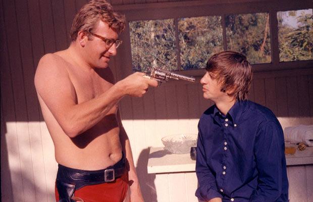Mal Evans dispara a Ringo Starr