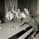 Sophia Loren jugando al billar